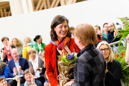 Guus Kuijer's publisher Bärbel Dorweiler was sitting in the audience! She is congratulated by ALMA director Helen Sigeland. Photo: Stefan Tell.