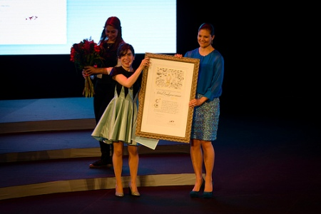 Crown Princess Victoria presents ALMA to Isol. Photo: Stefan Tell.