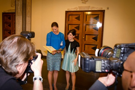 Isol gav two of her books to Crown Princess Victoria. Photo: Stefan Tell.