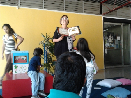 Maria Beatriz Medina Reading to children. Photo: Banco del Libro
