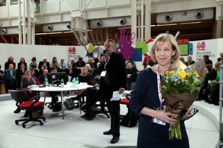 Ann Sköld Nilsson has just received flowers, in the background jury member Mats Berggren presenting this year's laureate Barbro Lindgren. Photo: Award Office