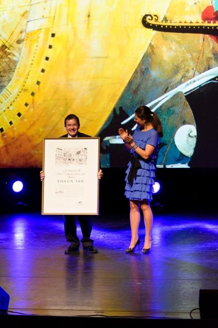 Shaun Tan receiving the 2011 Astrid Lindgren Memorial Award from Crown Princess Victoria of Sweden. Photo: Stefan Tell