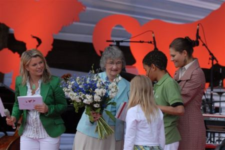 Katherine Paterson receives the 2006 Astrid Lindgren Memorial Award from Crown Princess Victoria of Sweden.