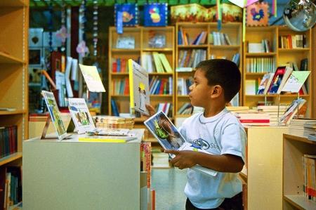 Niño en libreria